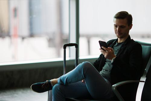 スマートフォンを使う男性