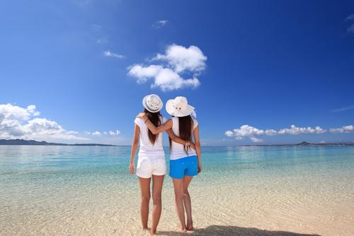 海岸に立つ女性たち