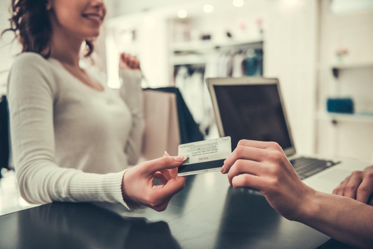 カードを渡す女性