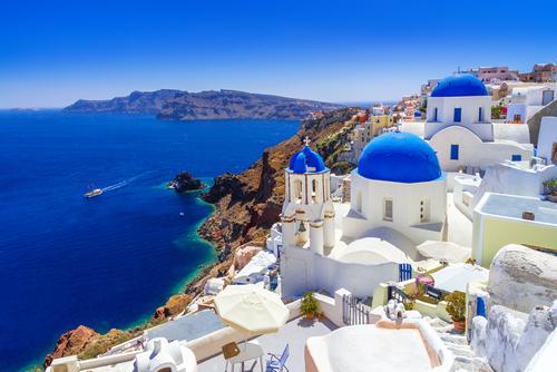エーゲ海屈指のリゾート地「サントリーニ島」。断崖絶壁の上に広がる白い街並みと青い海が美しく、街そのものが絶景スポットと言えますが、中でも「ブルードーム」