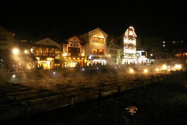 湯畑の夜のライトアップ
