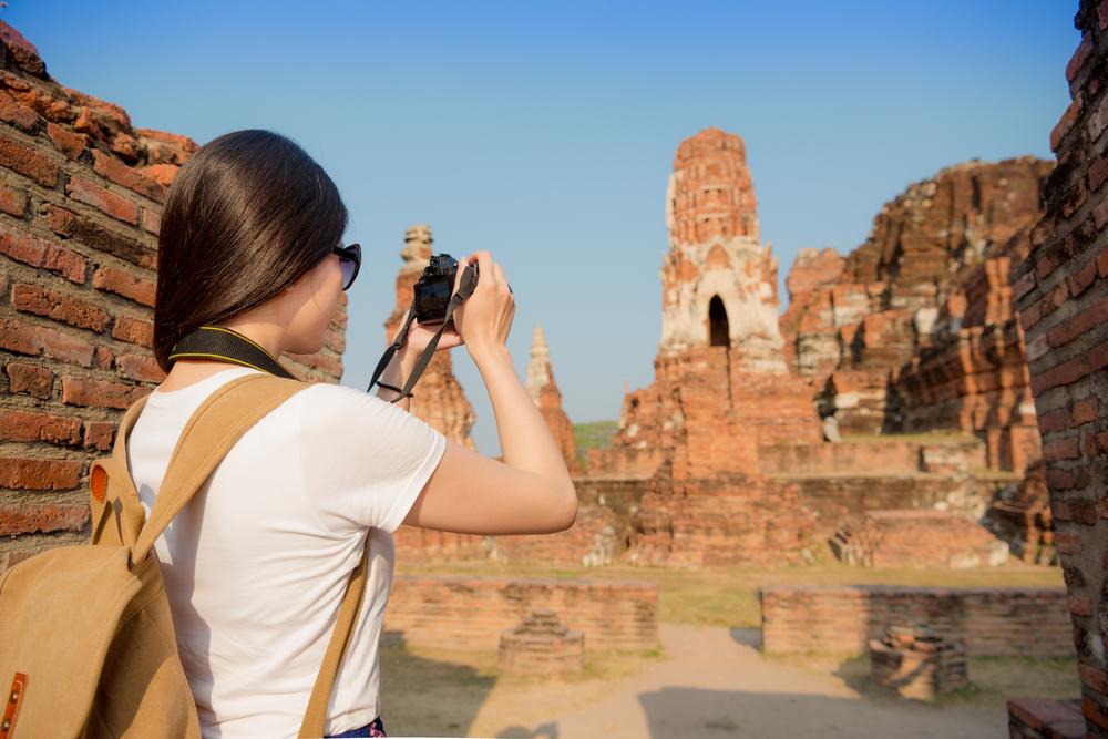 遺跡を旅する女性