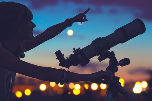 夜空の下で天体観測