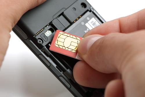 SIMカードをスマフォに挿入