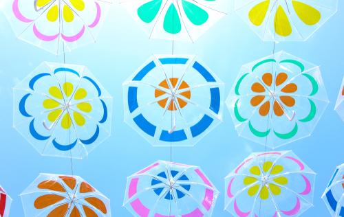 晴天の下の傘