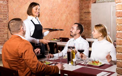 レストランで食事