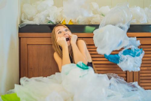プラスチックバッグに埋もれる女性