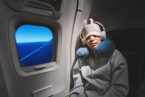 機内で寝る人