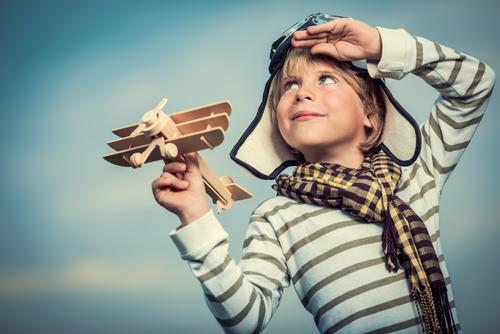 おもちゃの飛行機を持つ少年