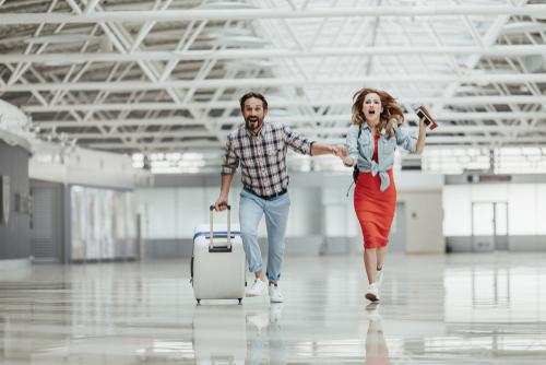 空港で急ぐカップル