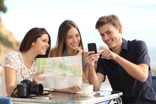 スマートフォンで検索する旅行者