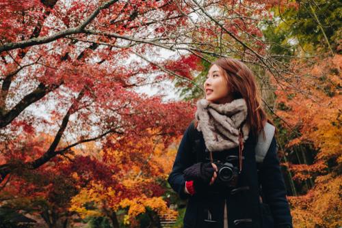 秋に旅行する女性